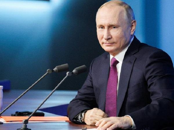 У Путина заподозрили болезнь из-за манипуляций с папкой