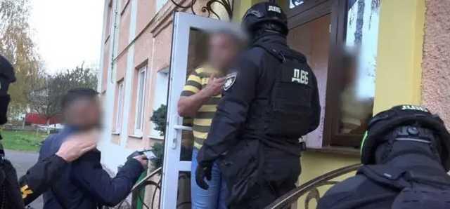 «Черные» копатели янтаря пытались купить за $1 млн должность руководителя полиции Ровенщины
