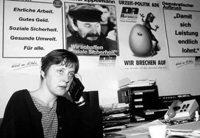"""В сети всплыло архивное фото Меркель """"с крутой мобилой"""