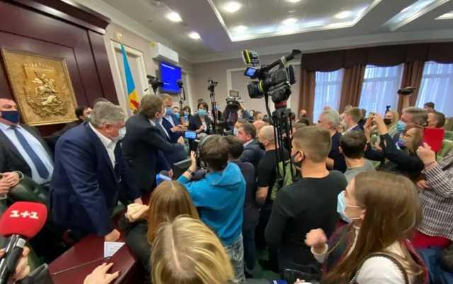 Больной коронавирусом депутат пришел на заседание Киевского облсовета и спровоцировал драку